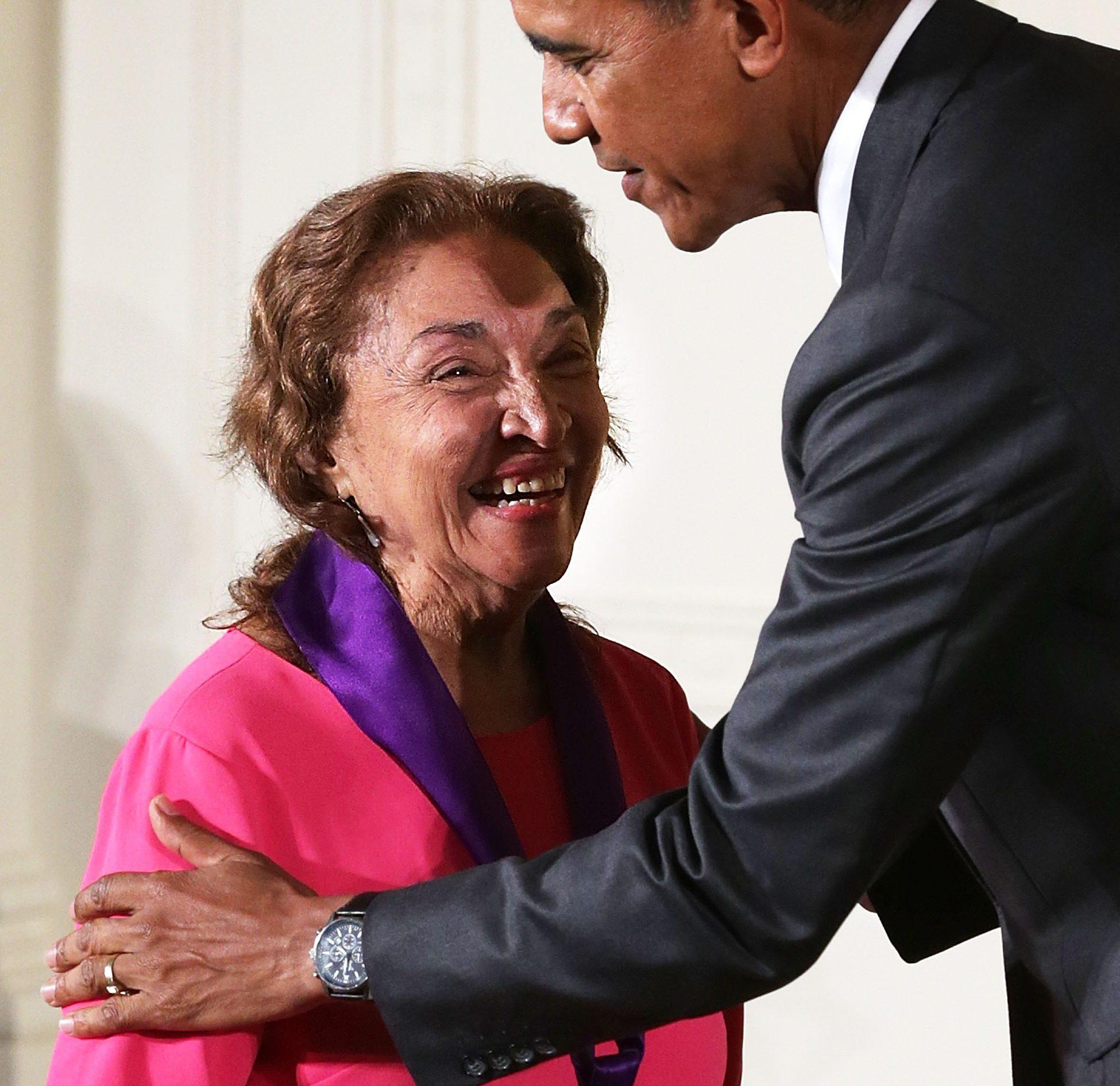 El presidente Barack Obama presenta la Medalla Nacional de Arte de 2014 a Miriam Colón por sus contribuciones como actriz. (Getty)