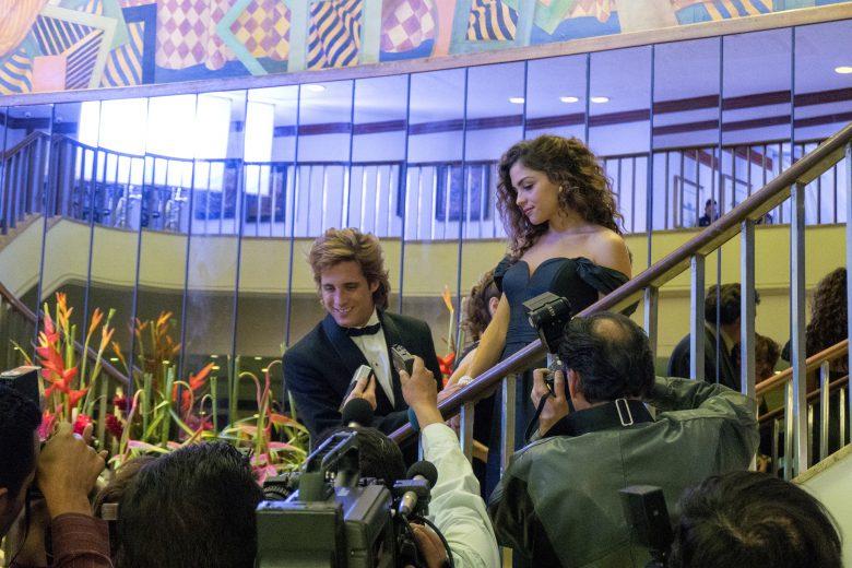 Diego Boneta como Luis Miguel y Paulina Davilas como su novia
