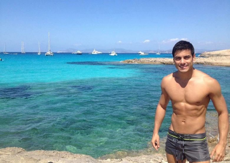 Carlos Rivera, cantante, sin camisa, semidesnudo, sexy