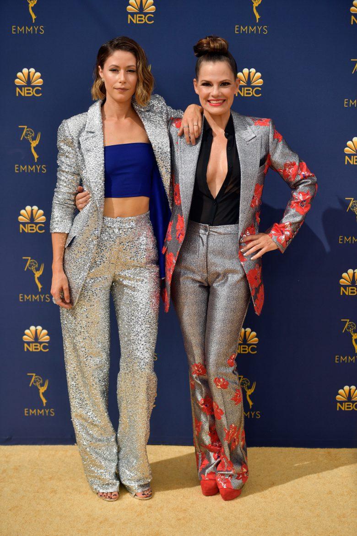 Premios Emmys 2018: Los peores looks de la alfombra roja [FOTOS], peores vestidos,, Amanda Crew (L) and Suzanne Cryer