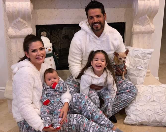 Ana Patricia Gámez junto a su esposo Luis Carlos Martínez y su hijos, Giuletta y Gael.
