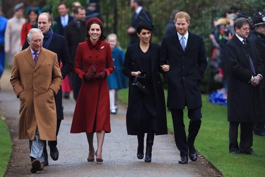 El príncipe Carlos, príncipe de Gales, el príncipe Guillermo, el duque de Cambridge, Catherine, la duquesa de Cambridge, Meghan, la duquesa de Sussex y el príncipe Harry, el duque de Sussex llegan para asistir al servicio de iglesia del día de Navidad en la Iglesia de Santa María Magdalena en la finca de Sandringham en 25 de diciembre de 2018 en King's Lynn, Inglaterra.