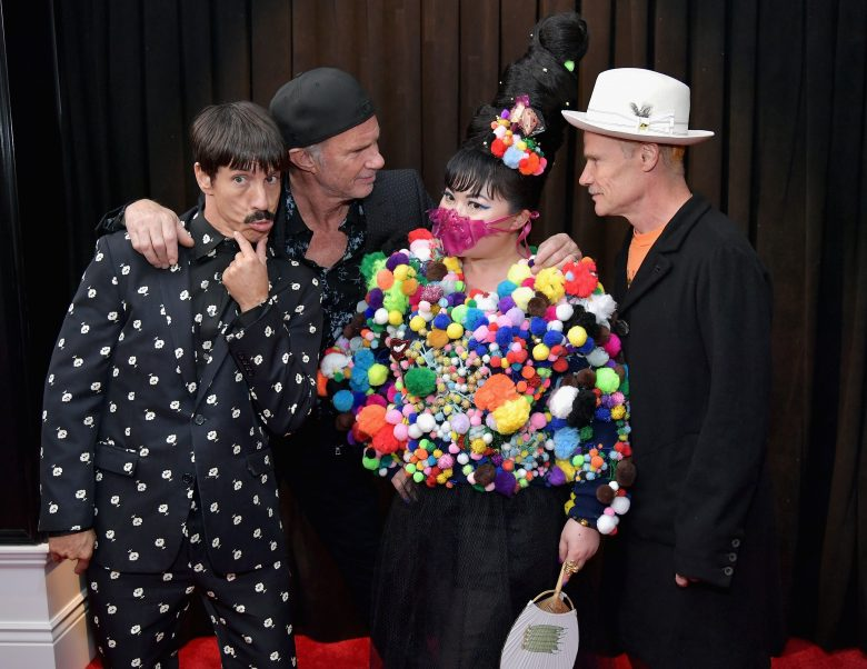 [FOTOS] Grammy 2019: Peores looks de la Alfombra Roja, perores vestidos, De Izq. a Der. Anthony Kiedis, Chad Smith, and Flea of Red Hot Chili Peppers con Du Yen.