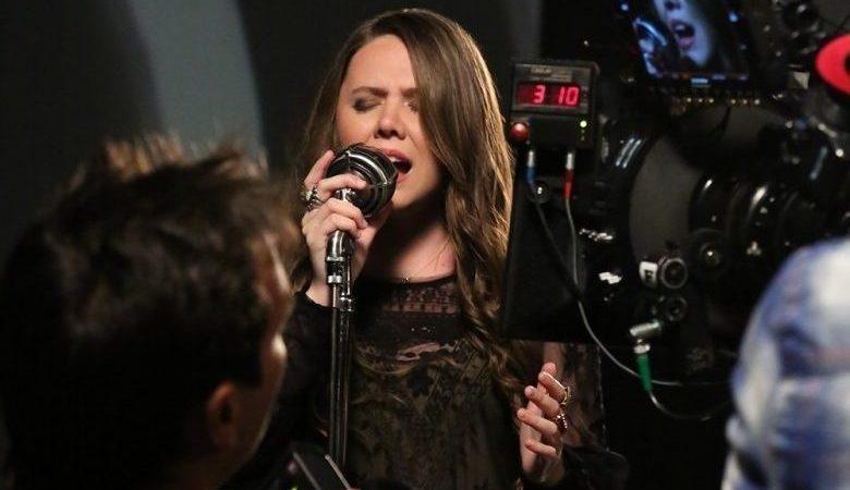 La cantante Joy Huerta es Gay, está casada y espera un hijo