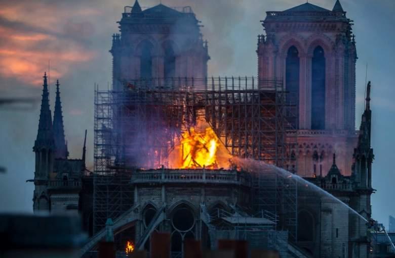 Personas ven a Jesús entre las llamas en Notre-Dame - FOTOS
