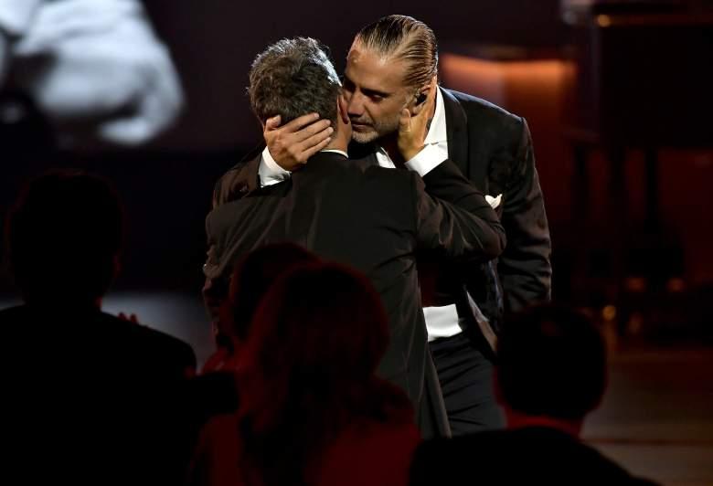 Un hombre se le abalanzó a Alejandro Fernández con flores: ¿qué hizo el cantante?