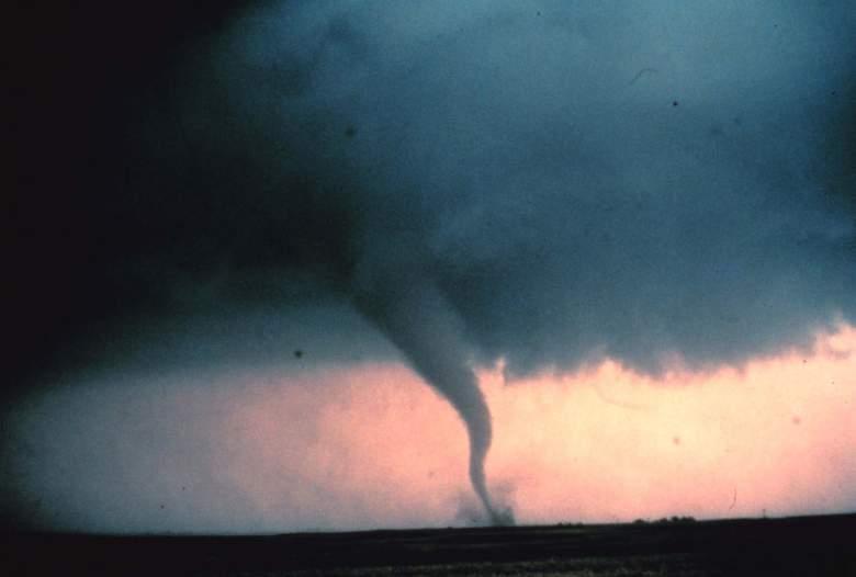 Violento tornado toca suelo en Arkansas causando destrucción: 75,000 afectados: Videos
