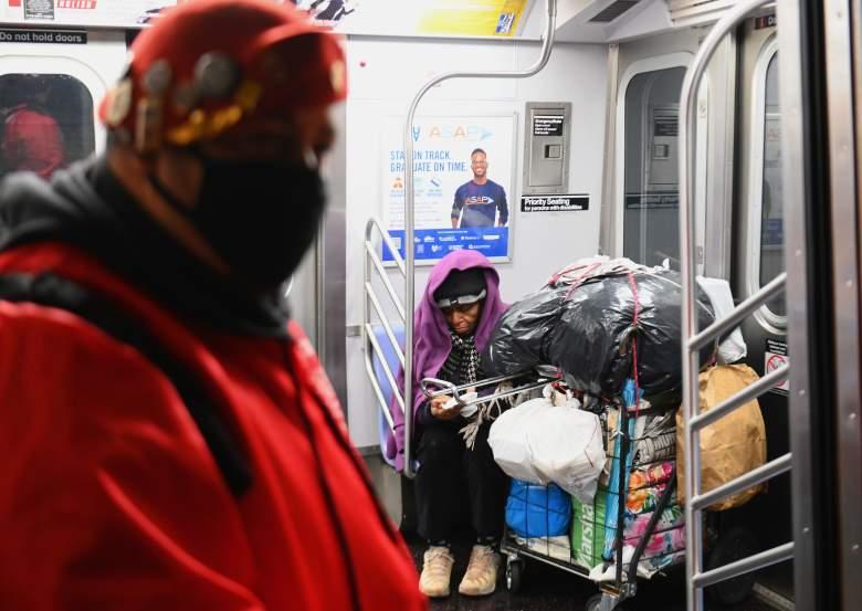 """COVID-19: Cuomo dice que es """"asqueroso"""" que desamparados estén en trenes de NY"""