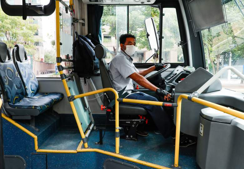 Conductor de bus muere por coronavirus después de que una pasajera le tosiera: Video