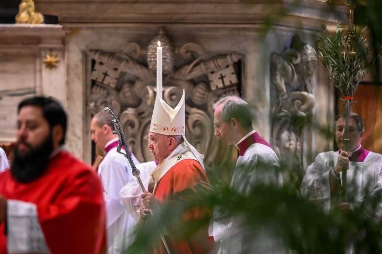 ¿El Papa Francisco violó reglas de distanciamiento social del coronavirus?: Video