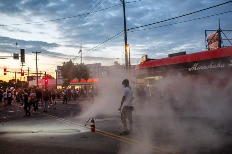 [Videos] Saqueos, incendios, y caos en Minneapolis tras protestas por muerte de George Floyd a manos de la policía