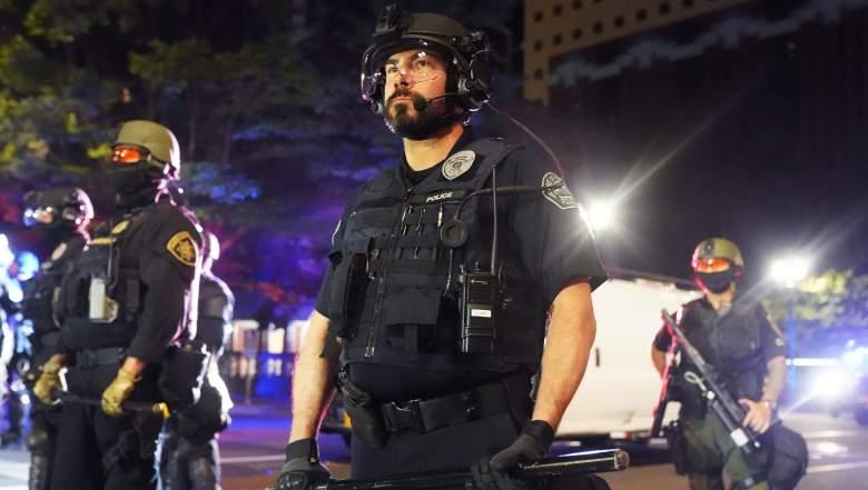 La policía de Portland dispersa a una multitud el 25 de agosto de 2020 en Portland, Oregon.