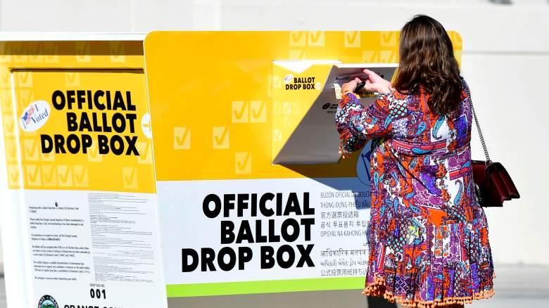 Elecciones Estados Unidos 2020: una mujer votando en Santa Ana, California este 12 de Octubre de 2020.