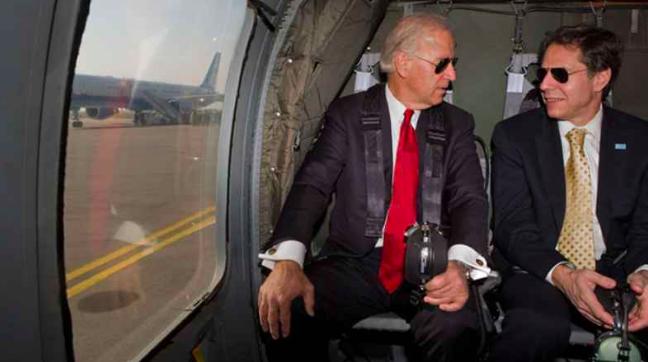 El entonces vicepresidente Joe Biden habla con el asesor de seguridad nacional Tony Blinken.