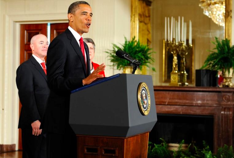 El ex presidente de Estados Unidos, Barack Obama, habla como director de Servicios de Ciudadanía e Inmigración de los Estados Unidos, Alejandro Mayorkas, y la secretaria de Seguridad Nacional, Janet Napolitano, durante una ceremonia de naturalización para los miembros del servicio activo en el East Room de la Casa Blanca el 4 de julio de 2012 en Washington, DC.