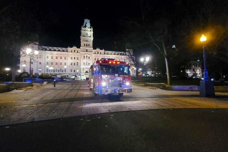 Un camión de bomberos estacionado frente a la Asamblea Nacional de Quebec, en la ciudad de Quebec, el 1 de noviembre de 2020.
