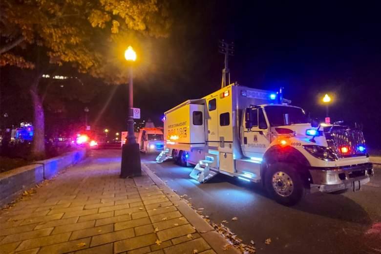 Un camión de bomberos estacionado frente a la Asamblea Nacional de Quebec, en la ciudad de Quebec, el 1 de noviembre de 2020