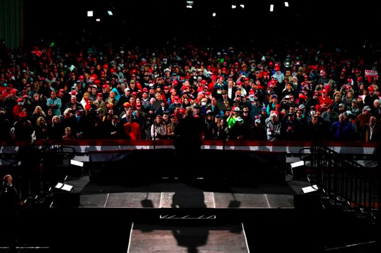 Los partidarios escuchan mientras el presidente Donald Trump habla.