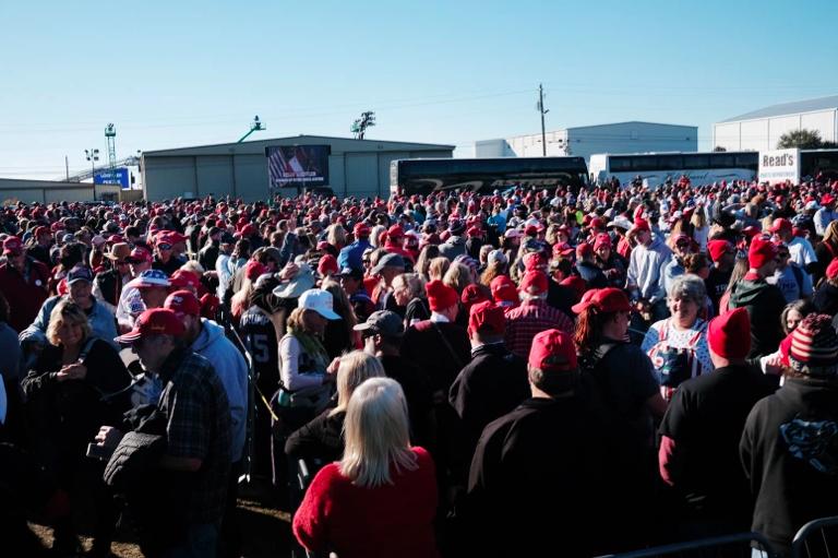 La gente comienza a llegar para el mitin del presidente Donald Trump en apoyo del senador David Perdue y la senadora Kelly Loeffler el 5 de diciembre de 2020.