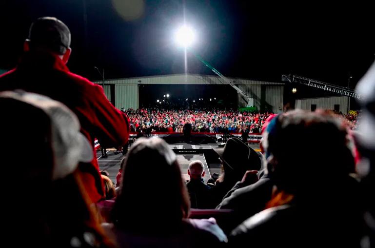 Los partidarios escuchan mientras el presidente Donald Trump habla en un mitin para apoyar a los candidatos republicanos al Senado en el Aeropuerto Regional de Valdosta en Valdosta, Georgia, el 5 de diciembre de 2020.