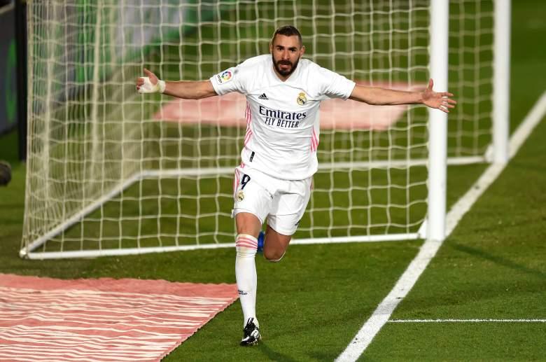 Karim Benzema festejando un gol con la camiseta del Real Madrid