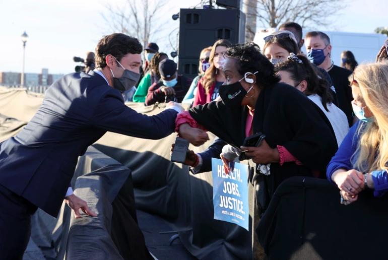 El candidato demócrata al Senado de los Estados Unidos, Jon Ossoff, saluda a sus seguidores.