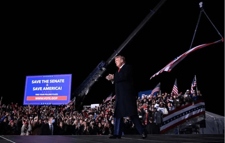 El presidente Donald Trump llega para hablar durante una manifestación en apoyo de los senadores republicanos.