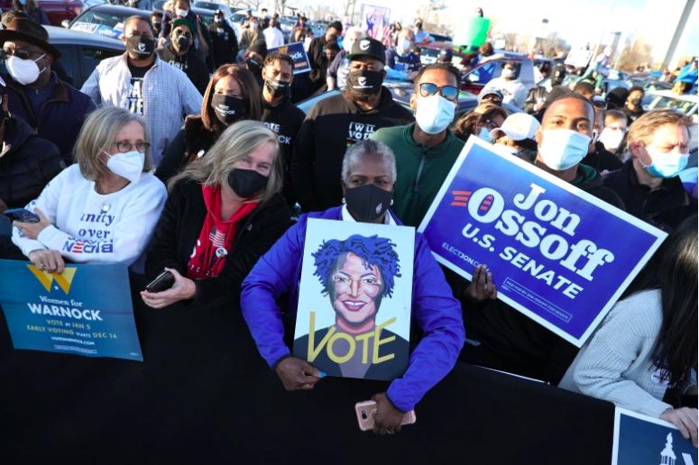 Los partidarios miran las campañas del presidente electo Joe Biden.