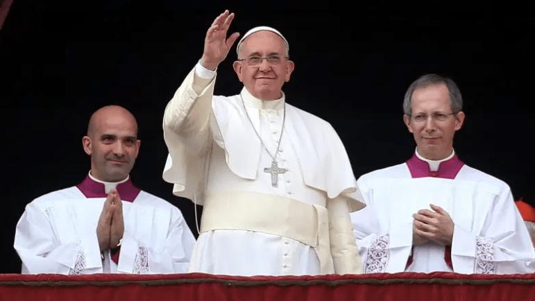 El Papa Francisco entrega su mensaje del día de Navidad desde el balcón central de la Basílica de San Pedro