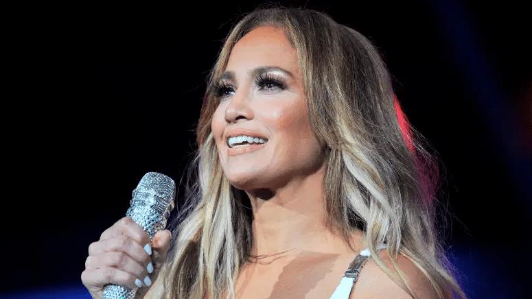 Jennifer Lopez se presenta en la iHeartRadio Fiesta Latina 2019.