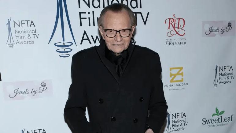 Larry King posa para las cámaras en la alfombra roja.