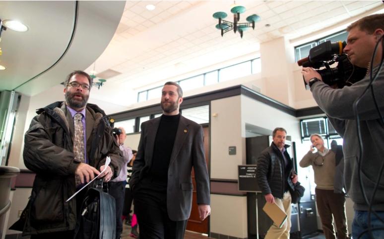 Dustin Diamond, segundo desde la izquierda, sale de su audiencia preliminar en el Palacio de Justicia del Condado de Ozaukee el 5 de enero de 2015 en Port Washington, Wisconsin.