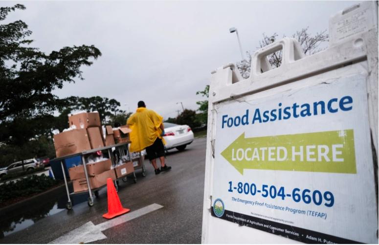 Los alimentos se distribuyen durante una despensa móvil de alimentos en la comunidad agrícola de Immokalee el 16 de febrero de 2021 en Immokalee, Florida.