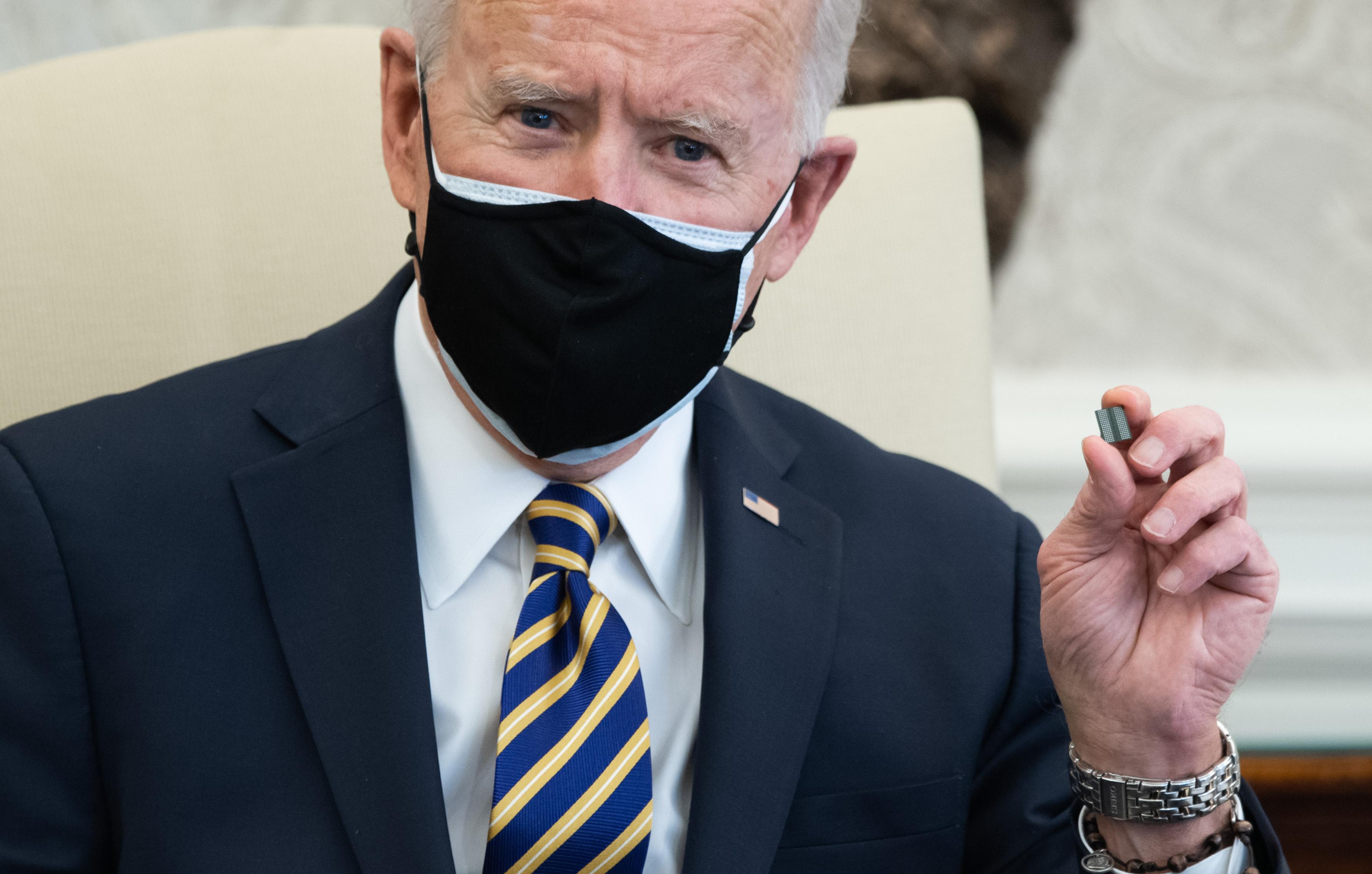 El presidente de los Estados Unidos, Joe Biden, sostiene un microchip mientras habla durante una reunión con miembros de la Cámara y el Senado sobre interrupciones en la cadena de suministro debido al coronavirus en la Oficina Oval de la Casa Blanca