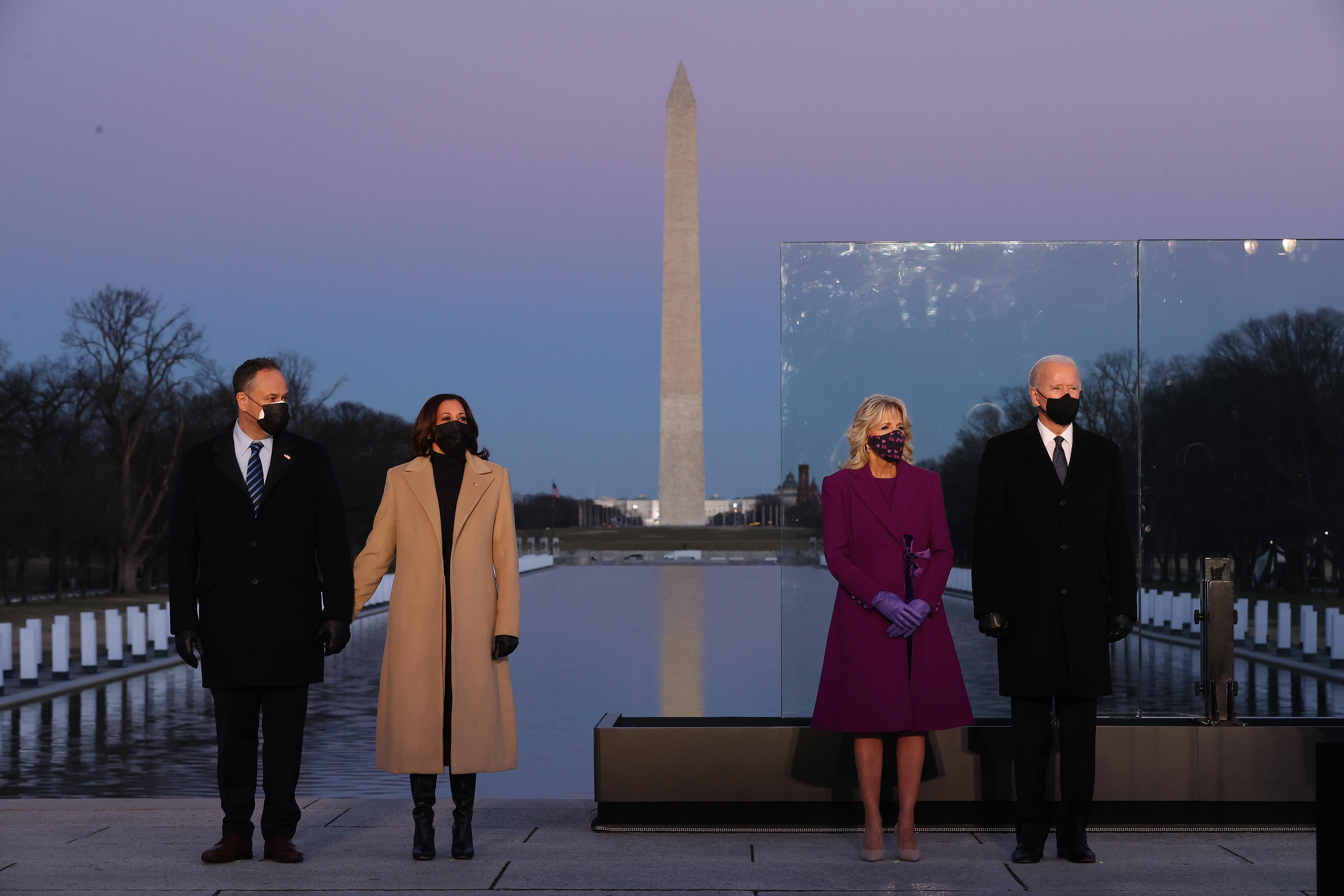 (LR) Douglas Emhoff, la vicepresidenta electa de EE. UU. Kamala Harris, la Dra. Jill Biden y el presidente electo de EE. UU. Joe Biden asisten a un servicio conmemorativo para honrar a las casi 400,000 víctimas estadounidenses de la pandemia de coronavirus en el Lincoln Memorial Reflecting Pool el 19 de enero de 2021 en Washington, DC.