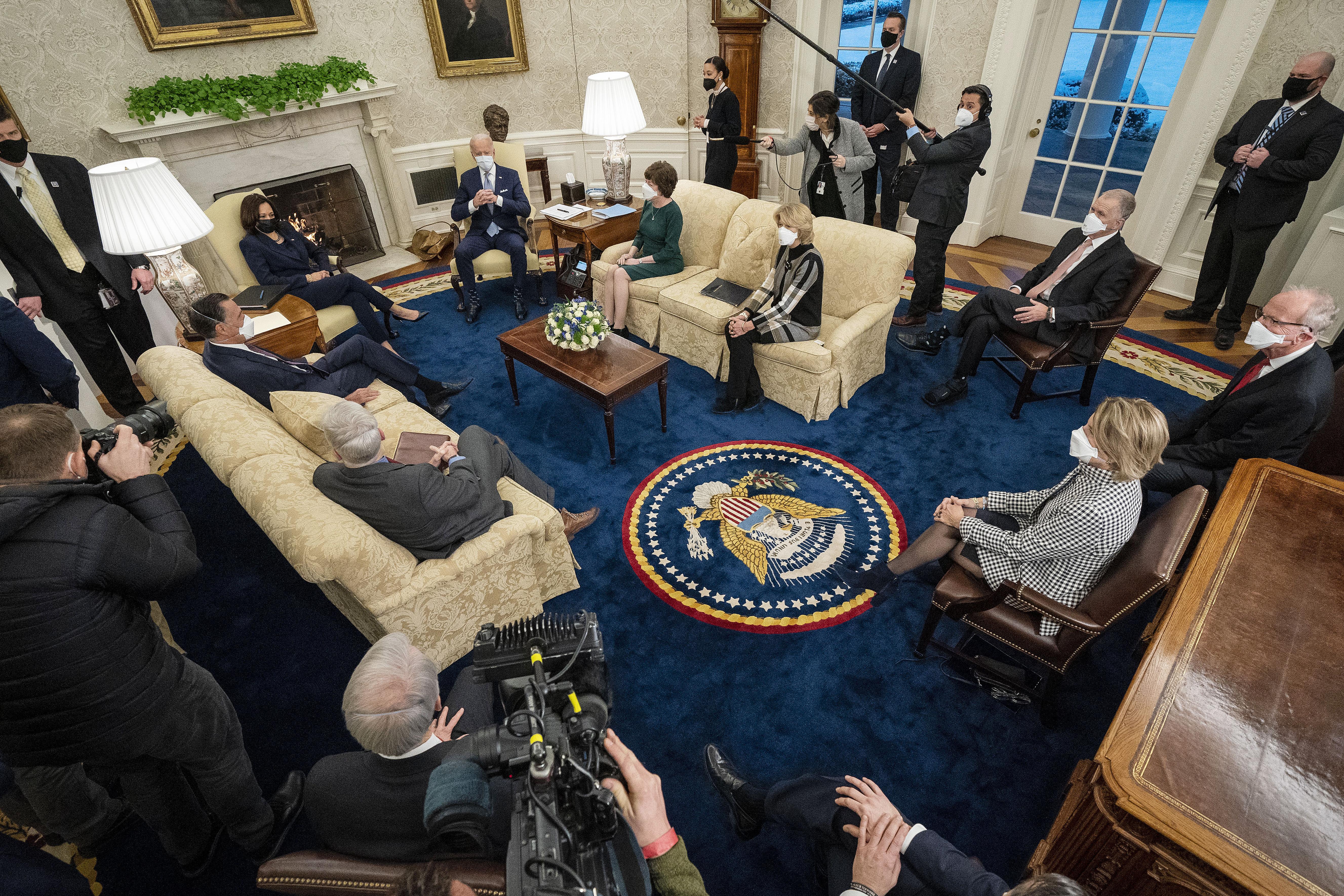 El presidente estadounidense Joe Biden (centro R) y la vicepresidenta Kamala Harris (centro L) se reúnen con 10 senadores republicanos, entre ellos Mitt Romney (R-UT), Bill Cassidy (R-LA), Susan Collins ( R-ME), Lisa Murkowski (R-AK), Thom Tillis (R-NC), Jerry Moran (R-KS), Shelley Moore Capito (R-WV) y otros, en la Oficina Oval de la Casa Blanca el 1 de febrero , 2021 en Washington, DC.