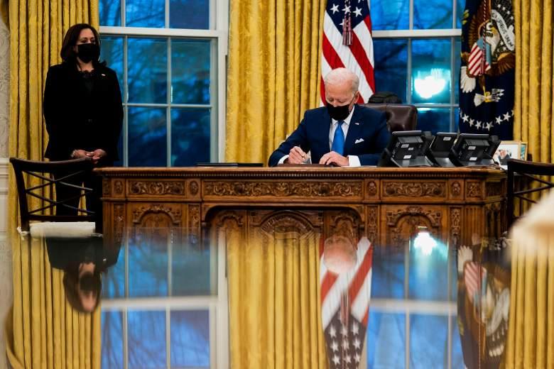 El presidente de los Estados Unidos, Joe Biden, firma varias órdenes ejecutivas que dirigen acciones de inmigración para su administración mientras la vicepresidenta Kamala Harris observa en la Oficina Oval de la Casa Blanca el 2 de febrero de 2021 en Washington, DC.