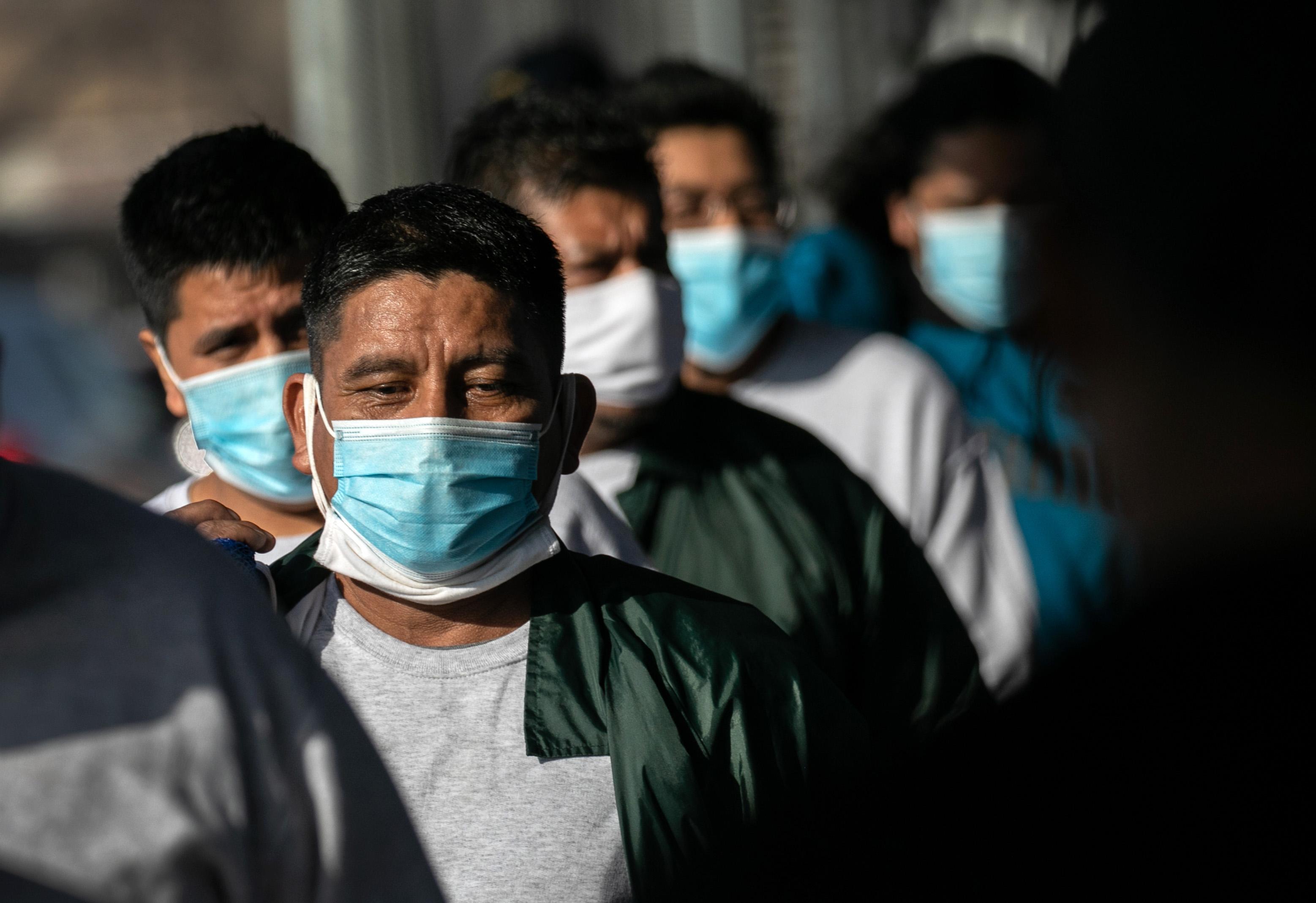 Los deportados mexicanos cruzan el Puente Internacional Gateway hacia México después de ser deportados por las autoridades de inmigración de Estados Unidos el 24 de febrero de 2021 en Matamoros, México.