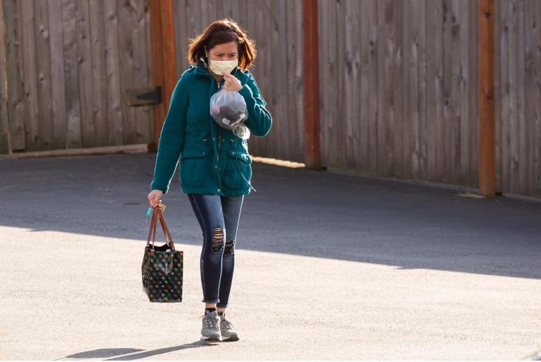 Una mujer abandona Life Care Center of Kirkland el 29 de febrero de 2020, en Kirkland, Washington.