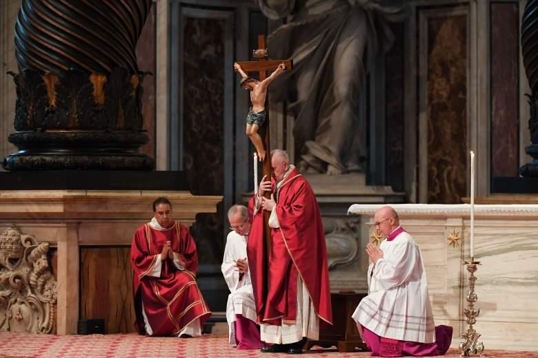 El Papa Francisco lleva un crucifijo durante la Celebración de la Pasión del Señor el Viernes Santo en la Basílica de San Pedro, el 19 de abril de 2019 en el Vaticano.