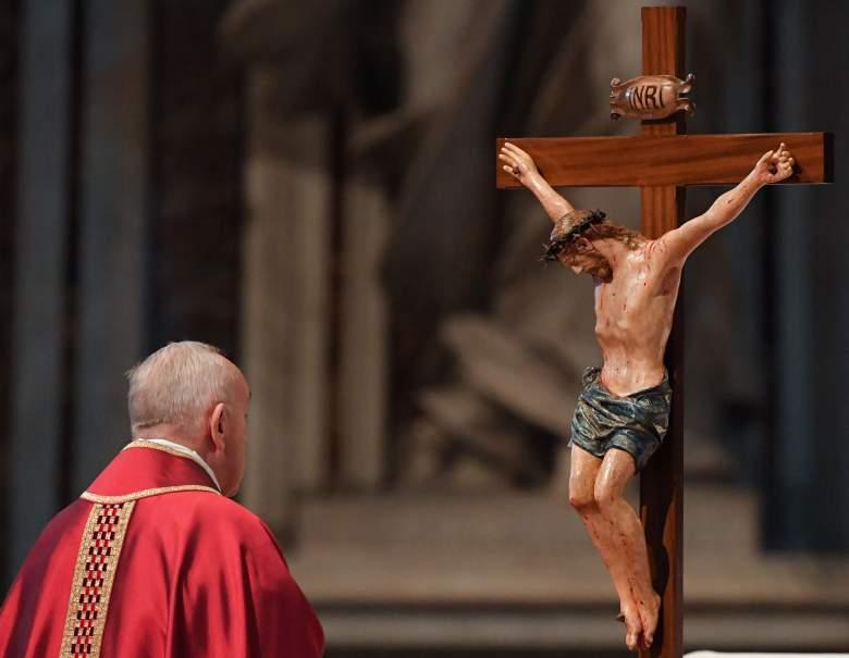 El Papa Francisco observa un crucifijo durante la Celebración de la Pasión del Señor el Viernes Santo en la Basílica de San Pedro, el 19 de abril de 2019 en el Vaticano.