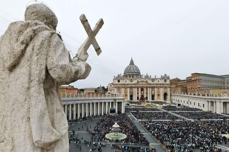 Una vista general muestra a los fieles que asistieron a la misa del domingo de Pascua del Papa fuera de la basílica de San Pedro en la plaza de San Pedro el 21 de abril de 2019 en el Vaticano.