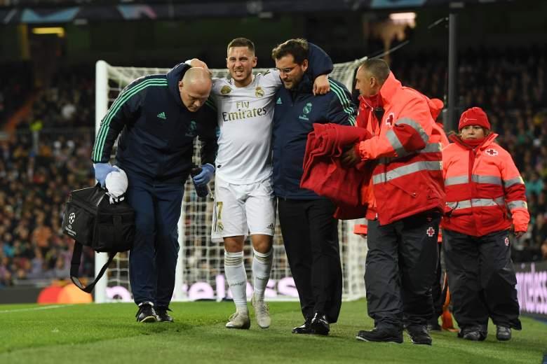 Eden Hazard del Real Madrid sale del campo con una lesión durante el partido del grupo A de la Liga de Campeones de la UEFA entre el Real Madrid y el Paris Saint-Germain en el Bernabeu el 26 de noviembre de 2019 en Madrid, España.