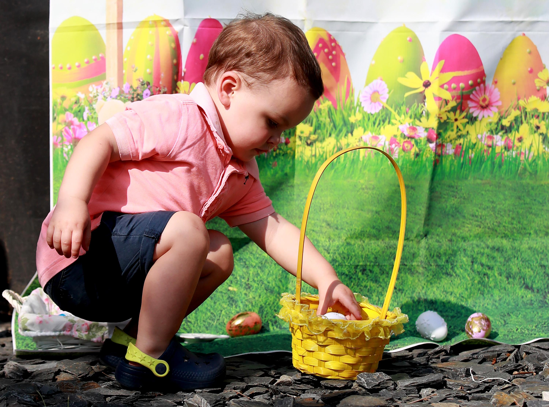 Donovan Ingham, de dos años, participa en una búsqueda de huevos de Pascua en su casa el 12 de abril de 2020 en Northampton, Reino Unido.