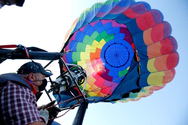 Un piloto se prepara para volar un globo aerostático durante el Festival Internacional de Globos Aerostáticos, en León, estado de Guanajuato, México, el 14 de noviembre de 2020, en medio de la pandemia del coronavirus COVID-19.