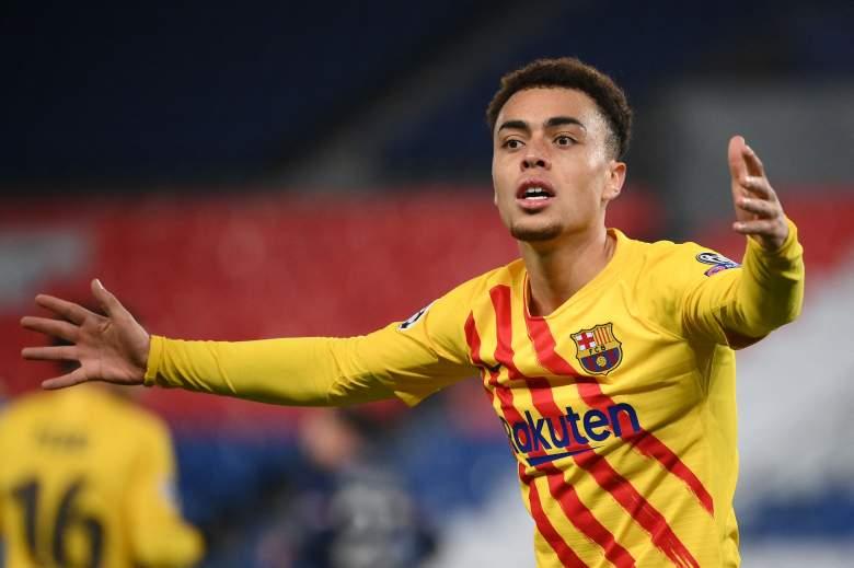 El defensor estadounidense del Barcelona Sergino Dest reacciona durante los octavos de final de la Liga de Campeones de la UEFA entre el Paris Saint-Germain (PSG) y el FC Barcelona en el estadio Parc des Princes de París, el 10 de marzo de 2021