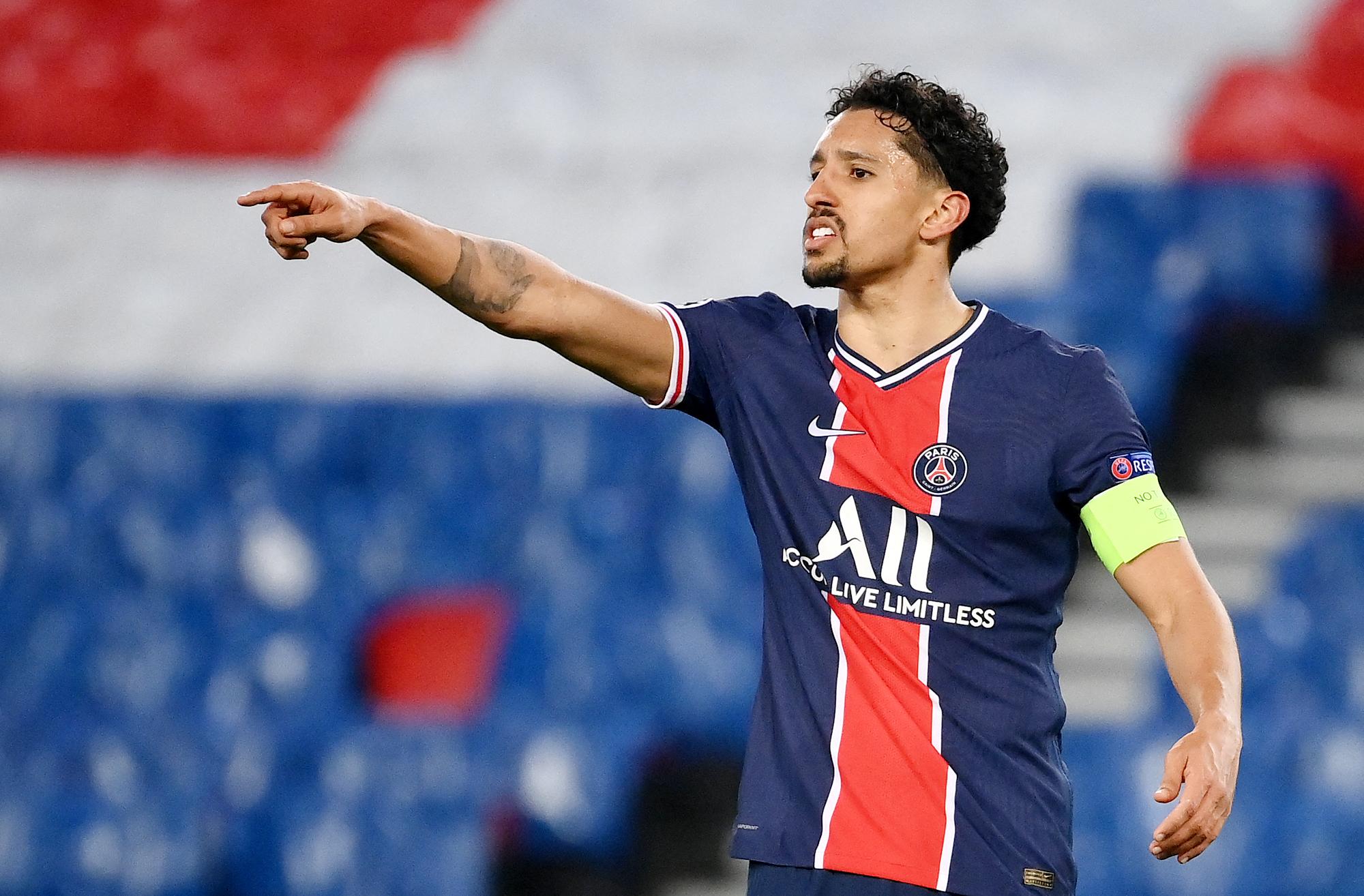 El defensor brasileño y capitán del Paris Saint-Germain, Marquinhos, hace gestos durante los octavos de final de la Liga de Campeones de la UEFA del partido de vuelta entre el Paris Saint-Germain (PSG) y el FC Barcelona en el estadio Parc des Princes de París, el 10 de marzo de 2021