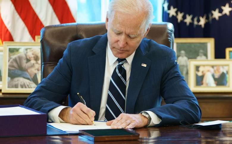 Biden firmó ley de alivios del COVID-19: ¿Cuándo mandarán los cheques de $1,400?