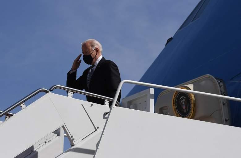 1163 / 5000 Resultados de traducción El presidente de los Estados Unidos, Joe Biden, saluda mientras aborda el Air Force One en la base conjunta Andrews en Maryland el 19 de marzo de 2021.