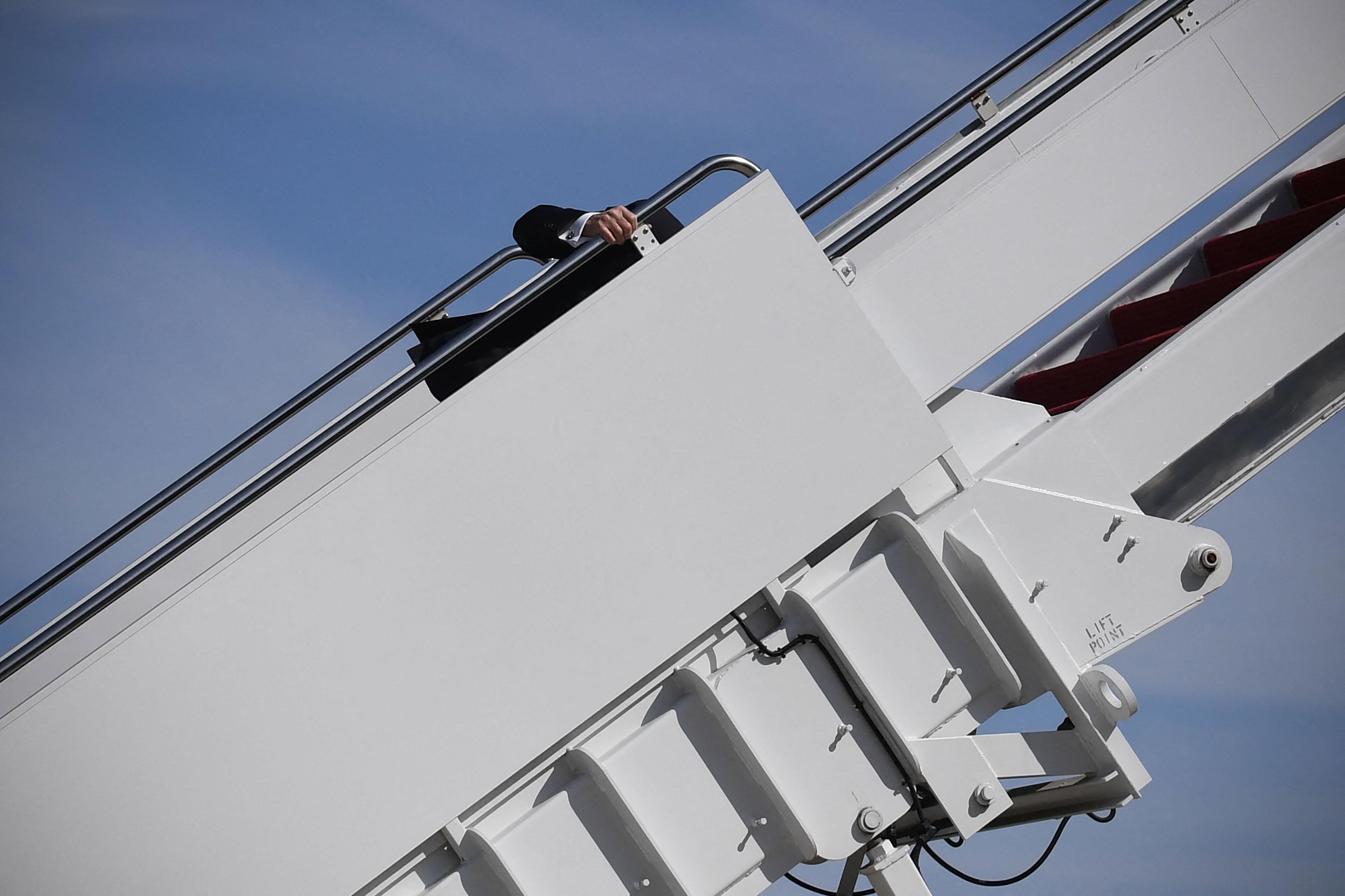 El presidente de los Estados Unidos, Joe Biden, viaja mientras aborda el Air Force One en la Base Conjunta Andrews en Maryland el 19 de marzo de 2021.